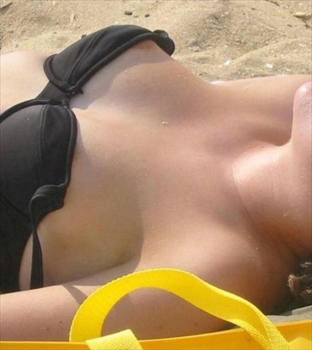 【水着ハプニングエロ画像】予期せぬポロリ!素人娘たちの水着ハプニングに勃起! 16